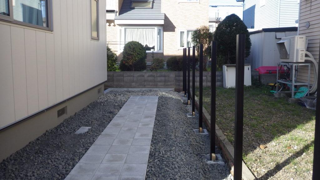 庭 札幌市 フェンスの柱